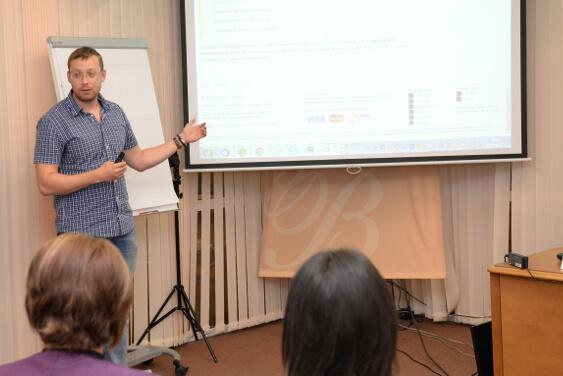 Евгений Летов выступает на семинаре о продвижении салонов красоты