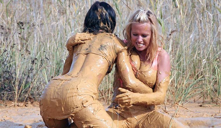Дерущиеся брюнетка и блондинка  олицетворяют битву лучших SEO-плагинов